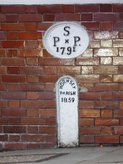 Gatehouse Boundary Marker (c) Dave Milner